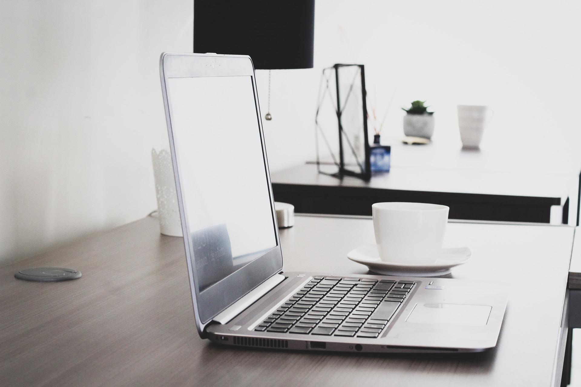 Grafik Laptop auf Schreibtisch